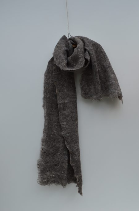 vilten shawl in grijstinten felted scarf in shades of grey